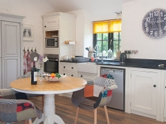 stable-conversion-holiday-let-kitchen